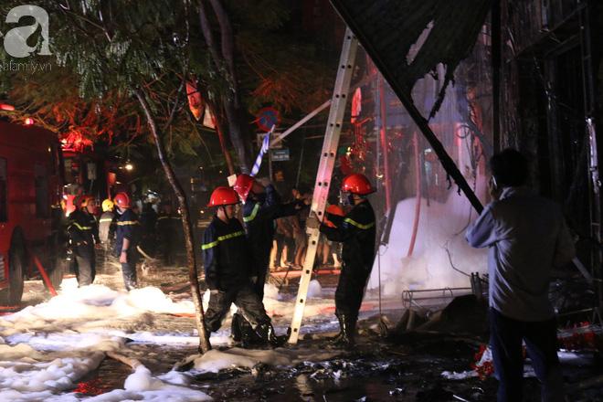 Hiện trường vụ cháy kinh hoàng khiến căn nhà 5 tầng ở Sài Gòn bị thiêu rụi ngay trong đêm - Ảnh 4.