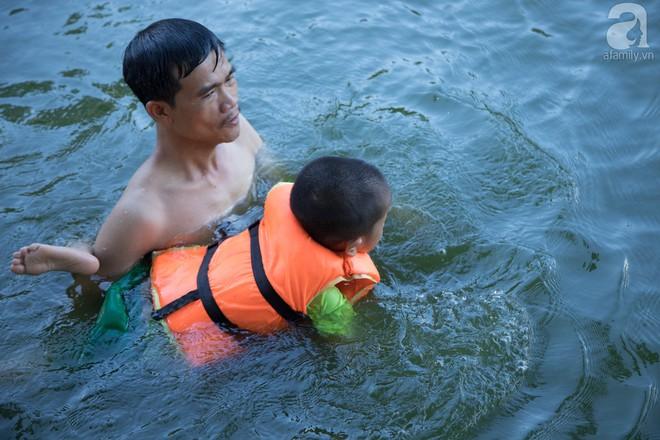 Quốc Oai: Cận cảnh ao làng nghìn năm tuổi thành bể bơi cho trẻ em mỗi chiều hè - Ảnh 4.