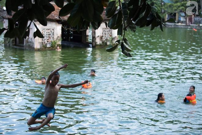Quốc Oai: Cận cảnh ao làng nghìn năm tuổi thành bể bơi cho trẻ em mỗi chiều hè - Ảnh 2.