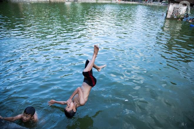 Quốc Oai: Cận cảnh ao làng nghìn năm tuổi thành bể bơi cho trẻ em mỗi chiều hè - Ảnh 6.