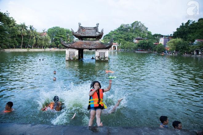 Quốc Oai: Cận cảnh ao làng nghìn năm tuổi thành bể bơi cho trẻ em mỗi chiều hè - Ảnh 1.