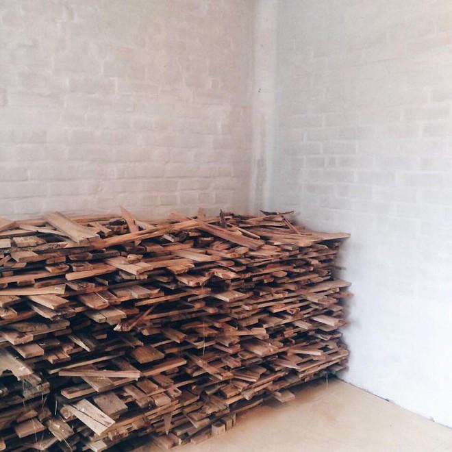 Anh chàng cặm cụi đi nhặt gỗ vụn về chất đống một góc, thời gian sau ai cũng choáng khi bước vào ngôi nhà của anh - Ảnh 1.