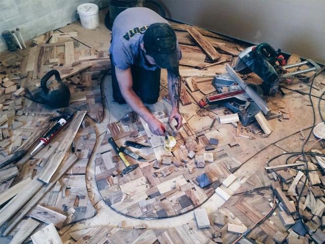 Anh chàng cặm cụi đi nhặt gỗ vụn về chất đống một góc, thời gian sau ai cũng choáng khi bước vào ngôi nhà của anh - Ảnh 4.