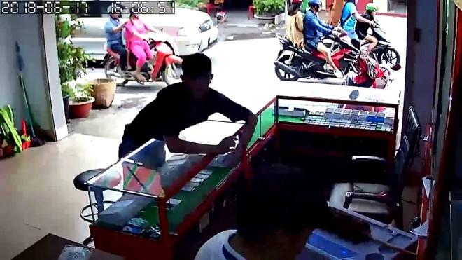 Clip: Vờ mua hàng, nam thanh niên trộm liền 2 chiếc iPhone 7 trong tích tắc - Ảnh 2.