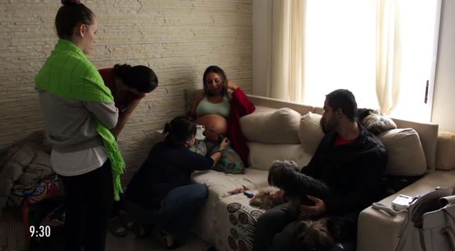Clip 3,4 triệu lượt xem ghi lại cận cảnh một ca sinh thường thai ngôi mông - Ảnh 2.