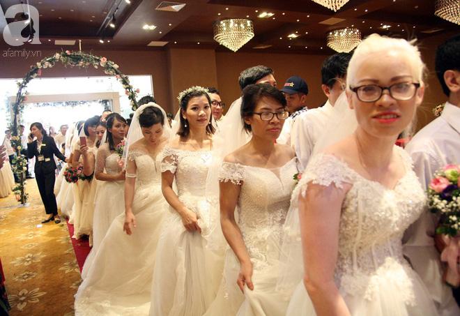 41 cặp đôi khuyết tật vỡ òa hạnh phúc trong đám cưới tập thể tại Hà Nội - Ảnh 12.