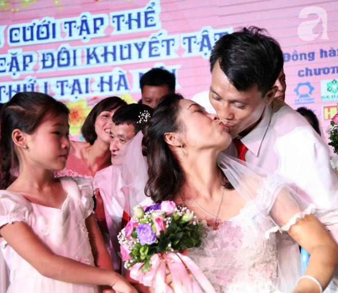 41 cặp đôi khuyết tật vỡ òa hạnh phúc trong đám cưới tập thể tại Hà Nội - Ảnh 16.