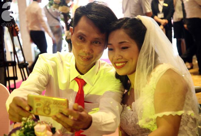 41 cặp đôi khuyết tật vỡ òa hạnh phúc trong đám cưới tập thể tại Hà Nội - Ảnh 10.