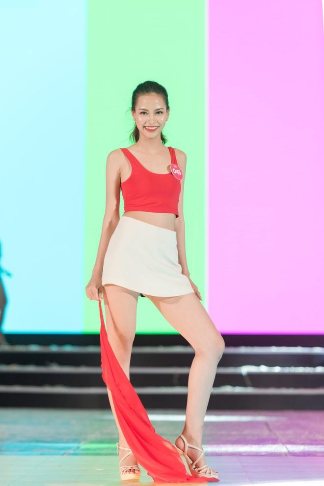 Chi Pu khoe eo thon săn chắc trên sân khấu tập luyện cho Chung khảo Hoa Hậu Việt Nam - Ảnh 9.