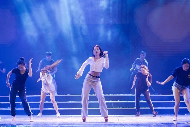 Chi Pu khoe eo thon săn chắc trên sân khấu tập luyện cho Chung khảo Hoa Hậu Việt Nam - Ảnh 3.