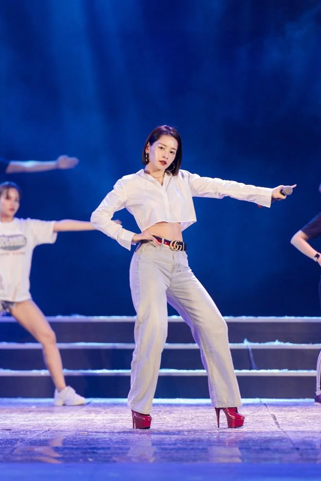 Chi Pu khoe eo thon săn chắc trên sân khấu tập luyện cho Chung khảo Hoa Hậu Việt Nam - Ảnh 4.