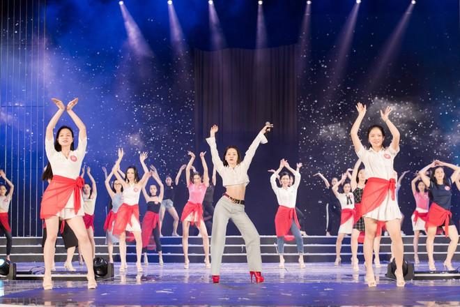Chi Pu khoe eo thon săn chắc trên sân khấu tập luyện cho Chung khảo Hoa Hậu Việt Nam - Ảnh 5.