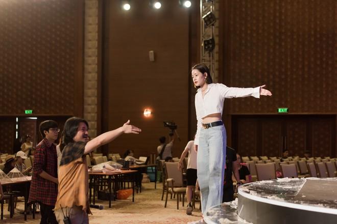 Chi Pu khoe eo thon săn chắc trên sân khấu tập luyện cho Chung khảo Hoa Hậu Việt Nam - Ảnh 6.