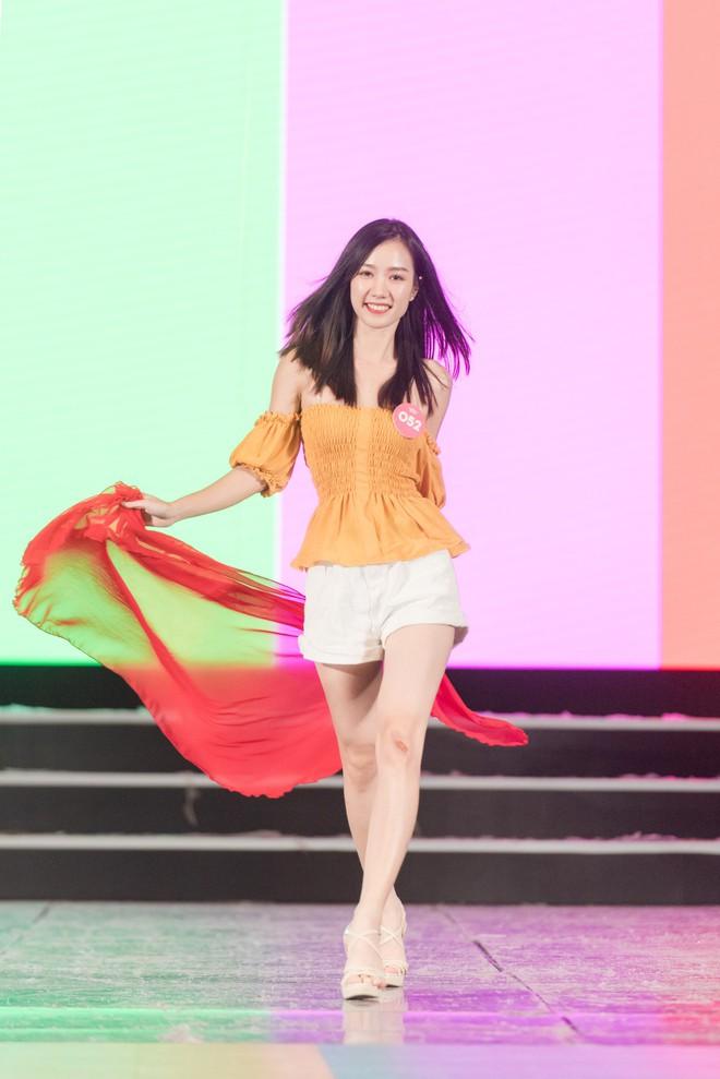Chi Pu khoe eo thon săn chắc trên sân khấu tập luyện cho Chung khảo Hoa Hậu Việt Nam - Ảnh 7.