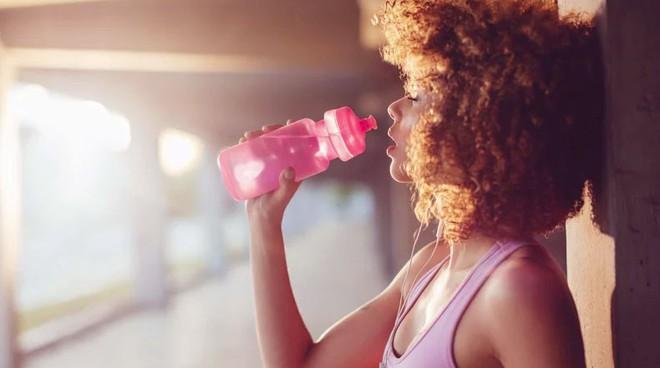 9 cách thông minh giữ cho cơ thể đủ nước trong mùa hè nóng nực, đặc biệt là các sĩ tử cần tỉnh táo để làm bài thi - Ảnh 2.
