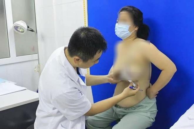 Người phụ nữ ở Yên Bái có bộ ngực to gấp 6 lần bình thường, chỉ mong muốn được cắt bỏ - Ảnh 2.