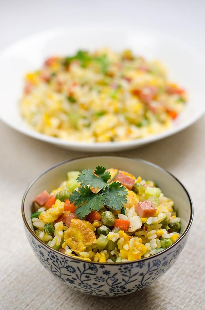 Tận dụng cơm nguội làm cơm chiên thập cẩm ngon hơn cơm nóng - Ảnh 6.