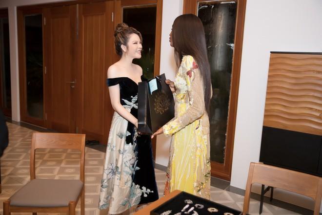 Báo đen Naomi Campbell thân thiết bên Lý Nhã Kỳ tại Cần Thơ - Ảnh 4.