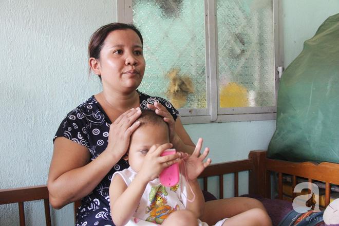 Bé gái 3 tuổi bị ung thư mắt, bố mẹ chở phân bò dành dụm từng đồng tìm lại ánh sáng cho con trong vô vọng - Ảnh 4.
