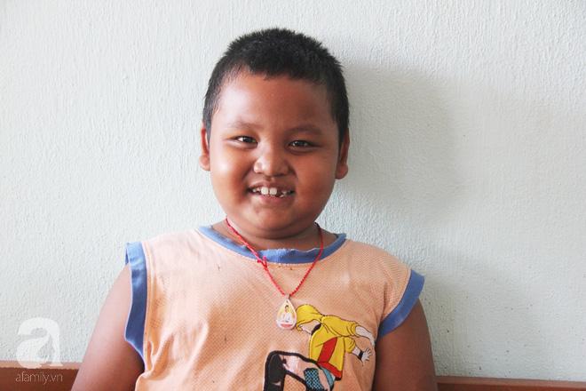 Bé gái 3 tuổi bị ung thư mắt, bố mẹ chở phân bò dành dụm từng đồng tìm lại ánh sáng cho con trong vô vọng - Ảnh 14.