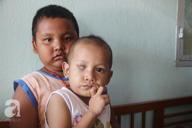 Bé gái 3 tuổi bị ung thư mắt, bố mẹ chở phân bò dành dụm từng đồng tìm lại ánh sáng cho con trong vô vọng - Ảnh 13.
