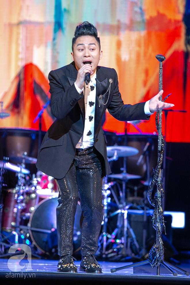 Tùng Dương bật khóc bên Bằng Kiều, Hà Trần trong đêm Liveshow của riêng mình - Ảnh 2.