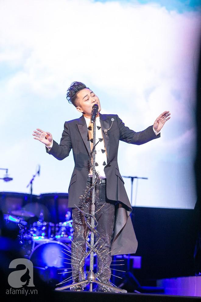 Tùng Dương bật khóc bên Bằng Kiều, Hà Trần trong đêm Liveshow của riêng mình - Ảnh 8.