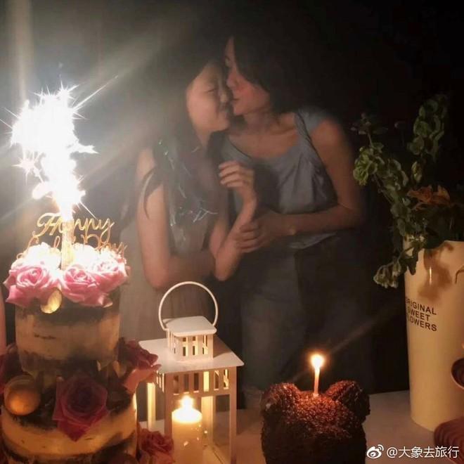 Vương Phi khoe ảnh ôm hôn con gái hở hàm ếch trong tiệc sinh nhật, đáp trả tin mải yêu đương bỏ bê con cái - Ảnh 3.