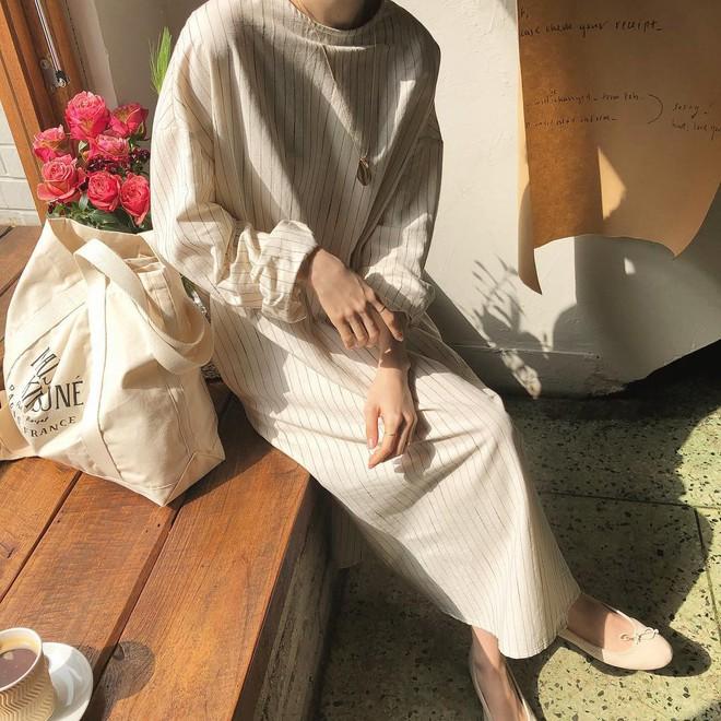Combo gái Hàn mê nhất hè này chắc chắn là mặc đồ đũi be vàng và đeo 3 kiểu túi sau - Ảnh 2.