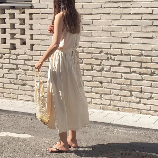 Combo gái Hàn mê nhất hè này chắc chắn là mặc đồ đũi be vàng và đeo 3 kiểu túi sau - Ảnh 12.
