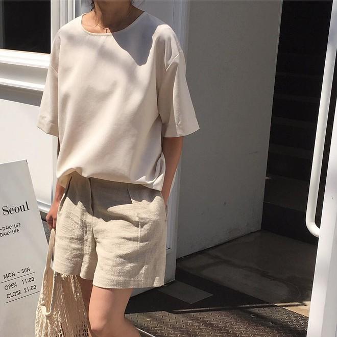Combo gái Hàn mê nhất hè này chắc chắn là mặc đồ đũi be vàng và đeo 3 kiểu túi sau - Ảnh 13.