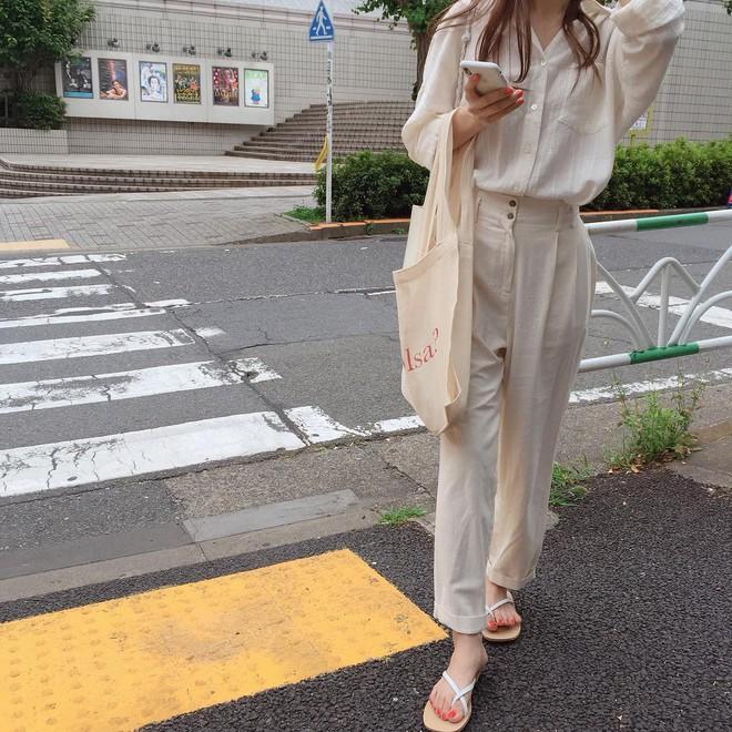 Combo gái Hàn mê nhất hè này chắc chắn là mặc đồ đũi be vàng và đeo 3 kiểu túi sau - Ảnh 3.