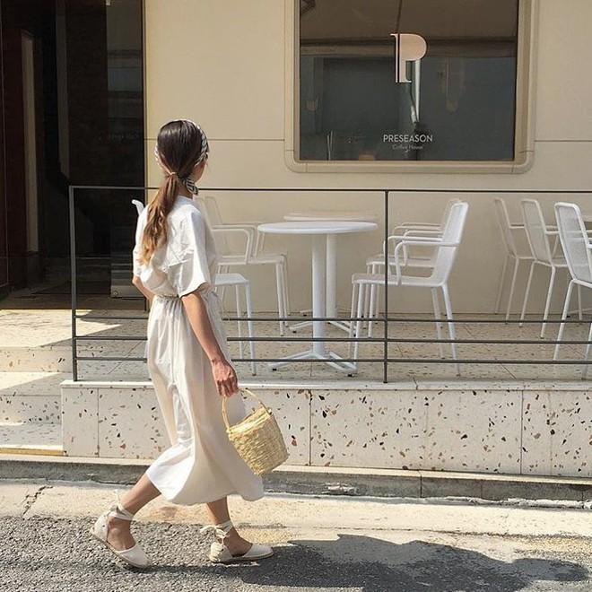 Combo gái Hàn mê nhất hè này chắc chắn là mặc đồ đũi be vàng và đeo 3 kiểu túi sau - Ảnh 8.