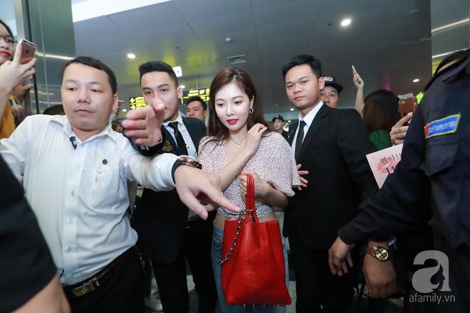 Quả bom sex Hyuna cùng dàn mỹ nam của Highlight chật vật di chuyển giữa biển fan Việt Nam - Ảnh 5.