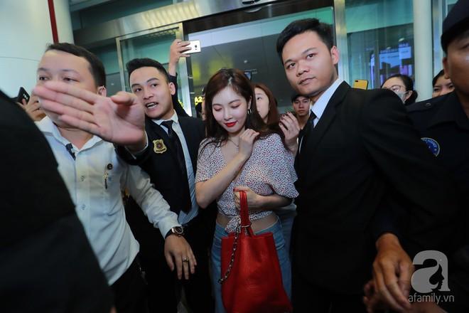 Quả bom sex Hyuna cùng dàn mỹ nam của Highlight chật vật di chuyển giữa biển fan Việt Nam - Ảnh 6.