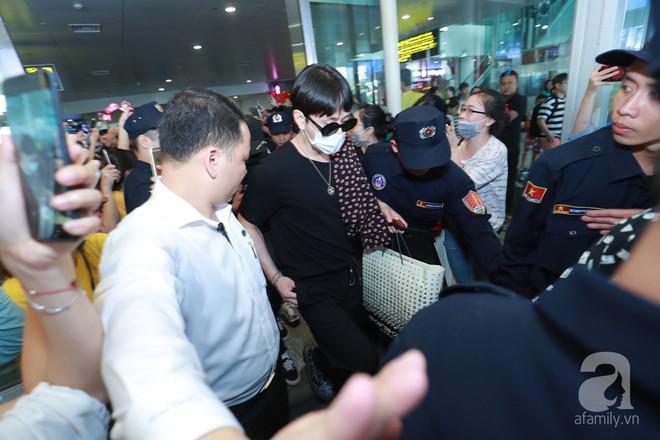 Quả bom sex Hyuna cùng dàn mỹ nam của Highlight chật vật di chuyển giữa biển fan Việt Nam - Ảnh 9.