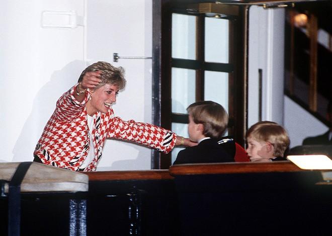 13 bức ảnh đong đầy hạnh phúc cùng cố Công nương Diana mà có lẽ anh em Hoàng tử William và Harry chẳng bao giờ quên - Ảnh 9.