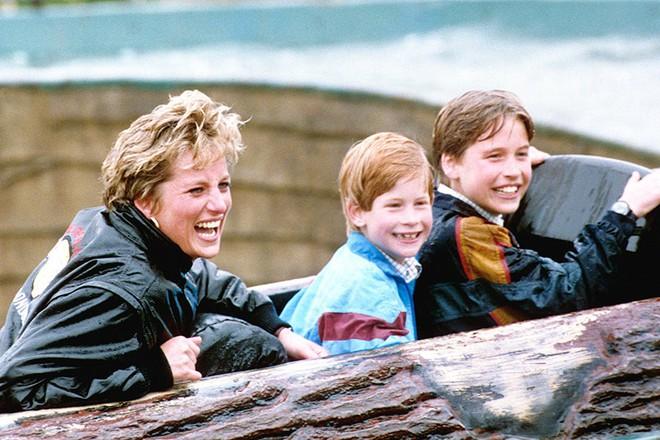 13 bức ảnh đong đầy hạnh phúc cùng cố Công nương Diana mà có lẽ anh em Hoàng tử William và Harry chẳng bao giờ quên - Ảnh 1.
