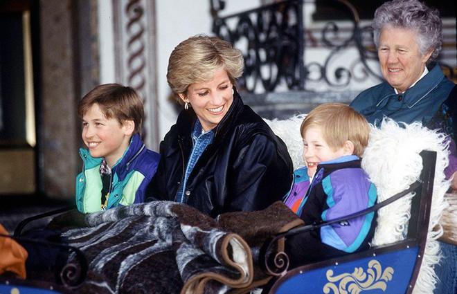 13 bức ảnh đong đầy hạnh phúc cùng cố Công nương Diana mà có lẽ anh em Hoàng tử William và Harry chẳng bao giờ quên - Ảnh 11.