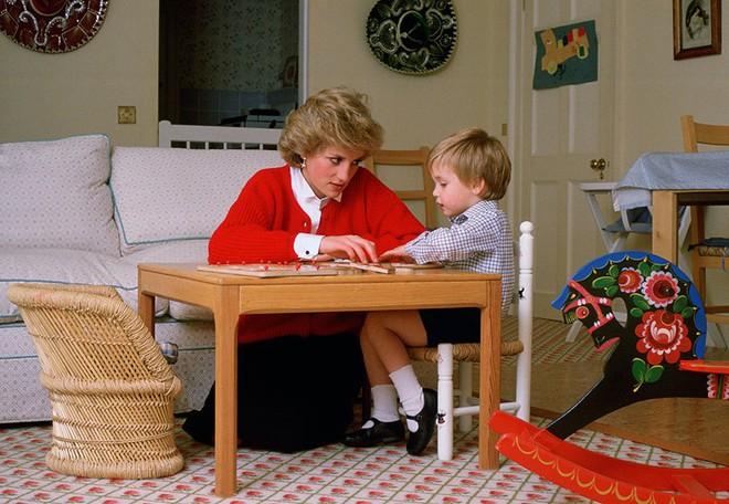 13 bức ảnh đong đầy hạnh phúc cùng cố Công nương Diana mà có lẽ anh em Hoàng tử William và Harry chẳng bao giờ quên - Ảnh 13.