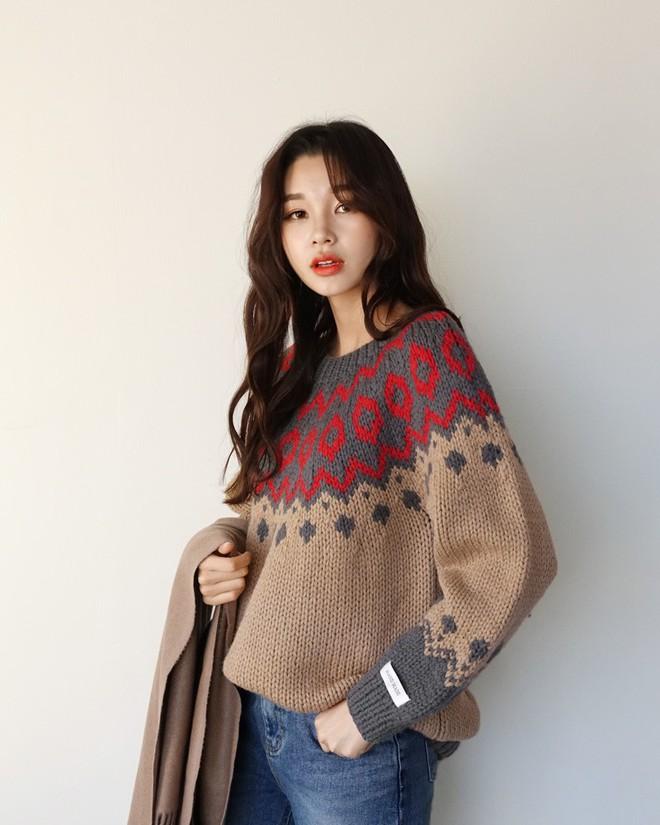 Nếu sợ áo len trơn màu nhàm chán, đã có loạt áo len họa tiết cứu giúp bạn đây - Ảnh 1.