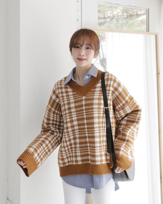 Nếu sợ áo len trơn màu nhàm chán, đã có loạt áo len họa tiết cứu giúp bạn đây - Ảnh 9.