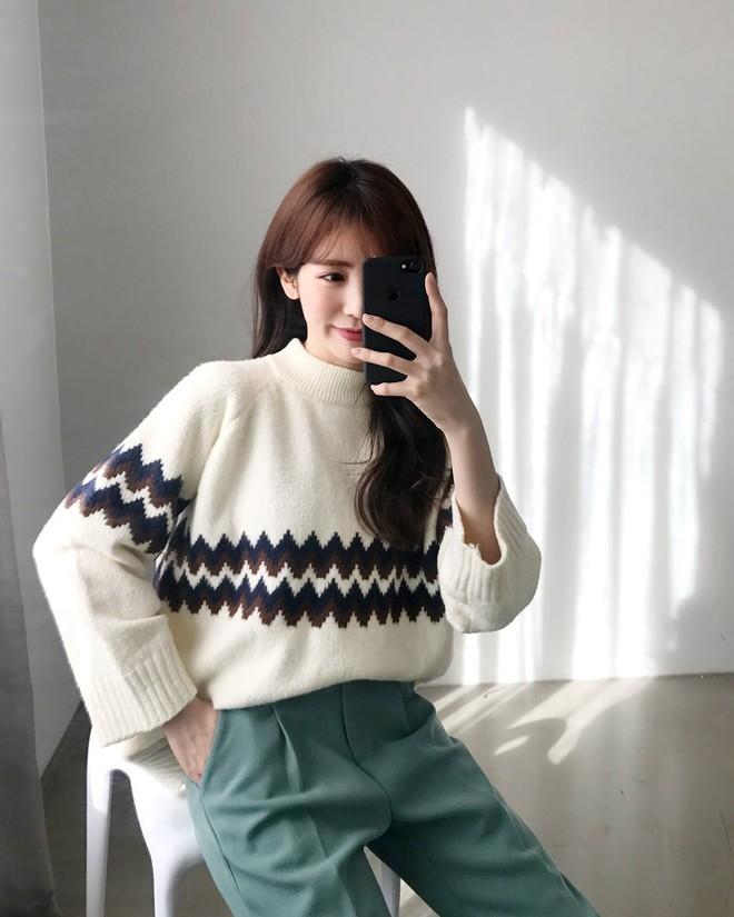 Nếu sợ áo len trơn màu nhàm chán, đã có loạt áo len họa tiết cứu giúp bạn đây - Ảnh 2.