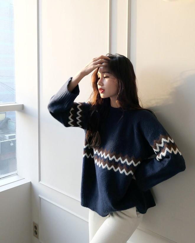 Nếu sợ áo len trơn màu nhàm chán, đã có loạt áo len họa tiết cứu giúp bạn đây - Ảnh 3.