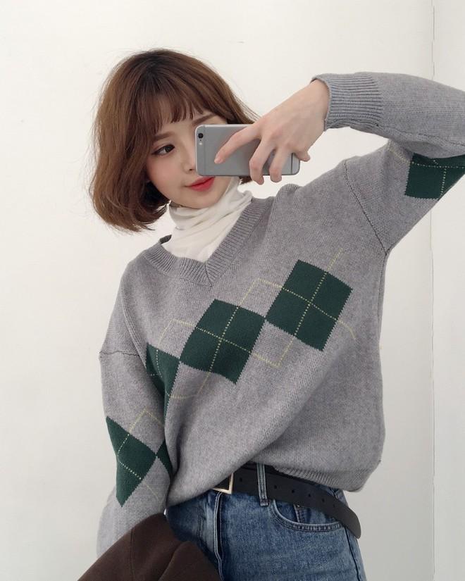 Nếu sợ áo len trơn màu nhàm chán, đã có loạt áo len họa tiết cứu giúp bạn đây - Ảnh 13.