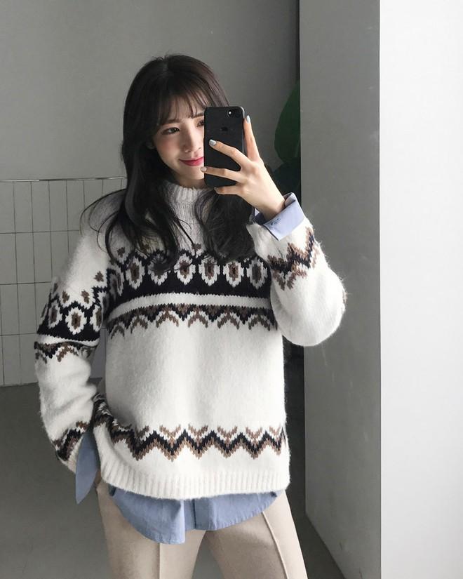 Nếu sợ áo len trơn màu nhàm chán, đã có loạt áo len họa tiết cứu giúp bạn đây - Ảnh 4.