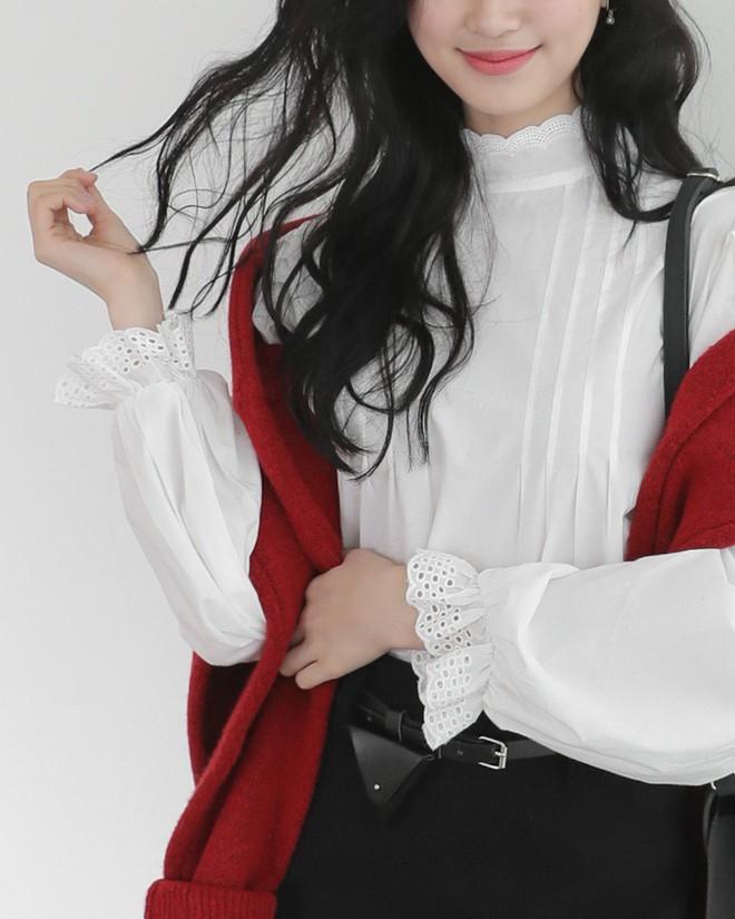 3 cách điệu của áo sơmi và áo blouse đang rất được lòng các nàng điệu đà vào thời điểm này - Ảnh 1.