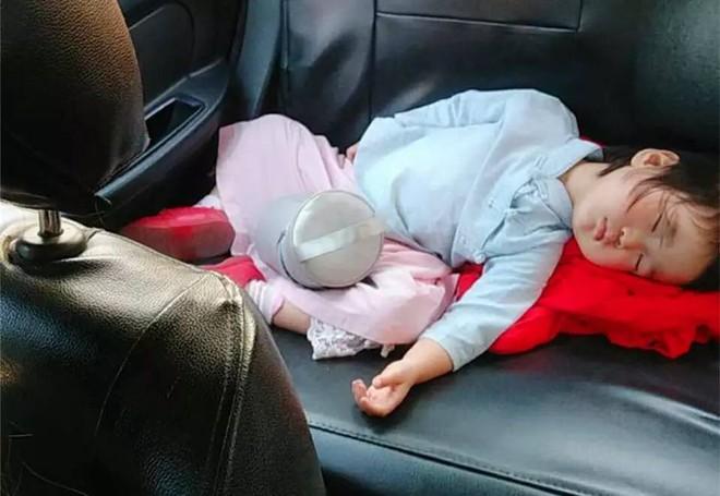 Cuối tuần tuềnh toàng đưa con về ngoại, gặp ngay người yêu cũ lái taxi, mẹ trẻ khóc than dòng đời nghiệt ngã - Ảnh 2.