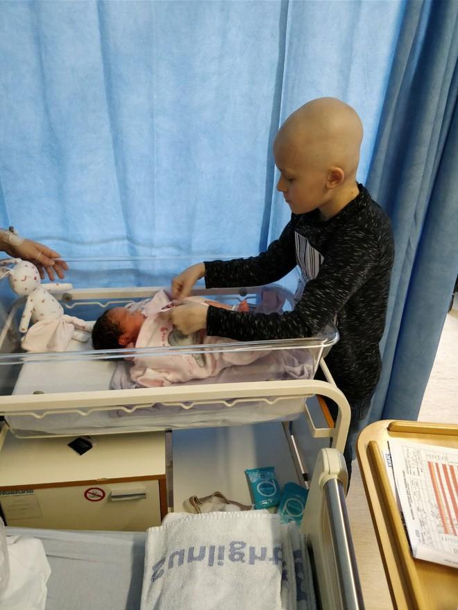 Cậu bé ung thư chiến đấu giành giật sự sống từng ngày để kịp gặp mặt em gái mới sinh trước khi qua đời - Ảnh 7.