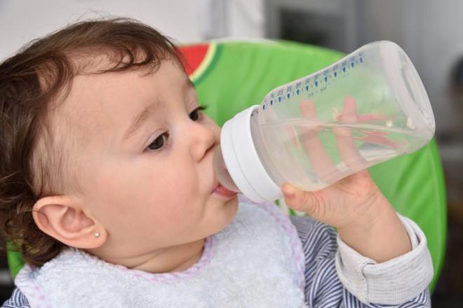 5 cách hạ sốt nhanh cho trẻ mà không cần dùng thuốc - Ảnh 2.